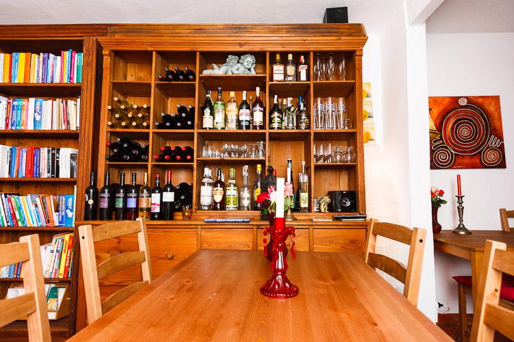 Speiseraum und Wein im Restaurant Tasca